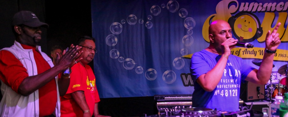 Ash on the mic at Summer Soulstice 2017 with DJ James Anthony and Sing Baby Sing's Carlton White looking on. © Jenny B/Summer Soulstice Ltd.